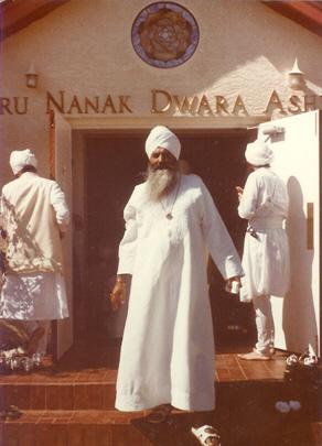 yogi_bhajan_at_guru_nanak_dwarai